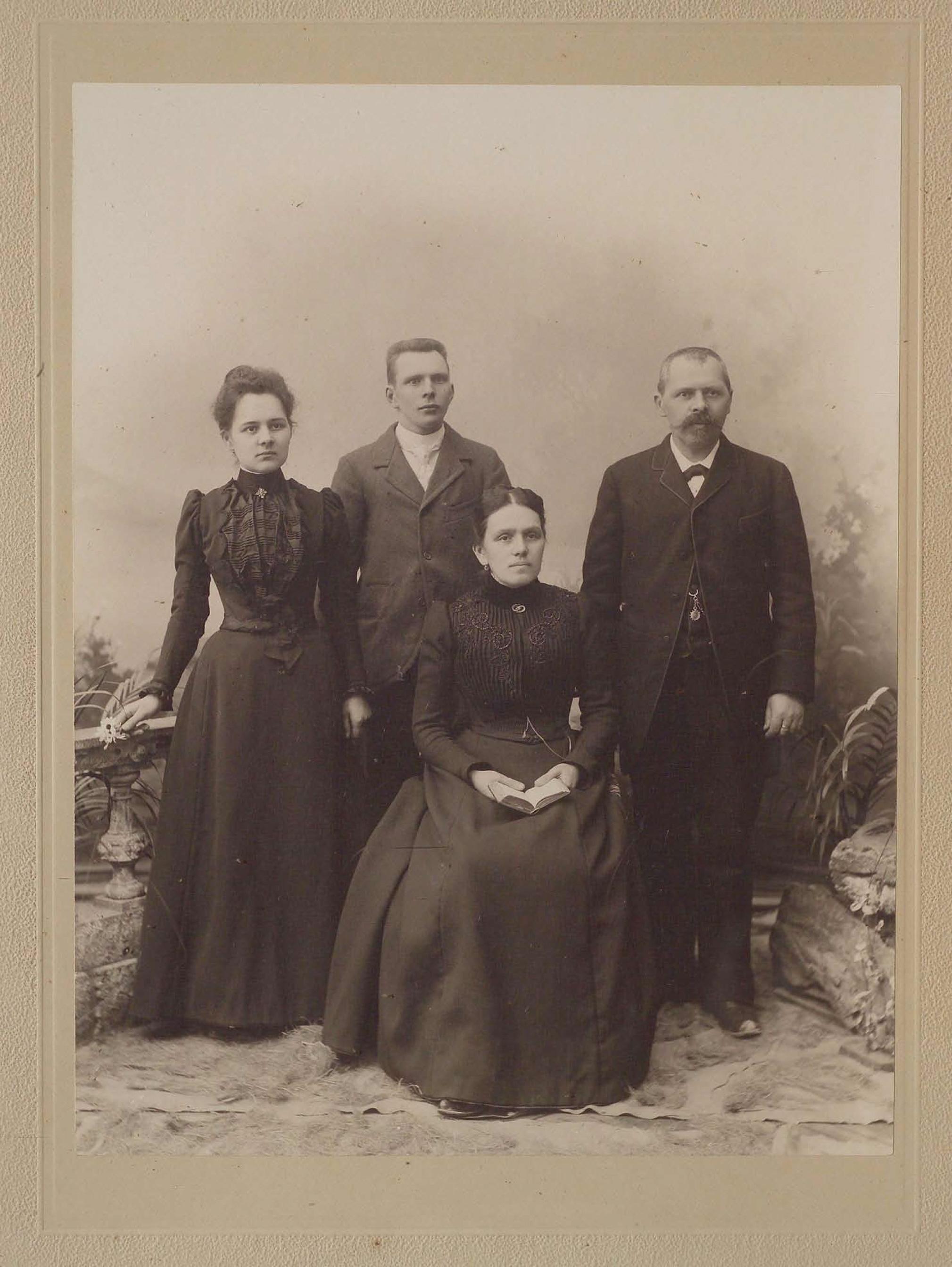 De gauche à droite: Berthe Duvoisin (fille de Paul), Henri (fils de Paul), Emma née Chodat (épouse de Paul) et Paul Duvoisn)